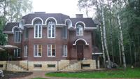 фасад загородного дома из кирпича